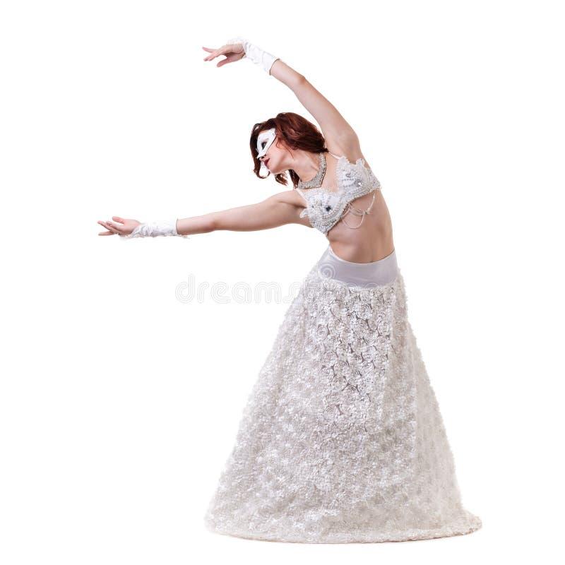 Karnevaldansareflicka som bär en maskeringsdans som isoleras på vit royaltyfria foton