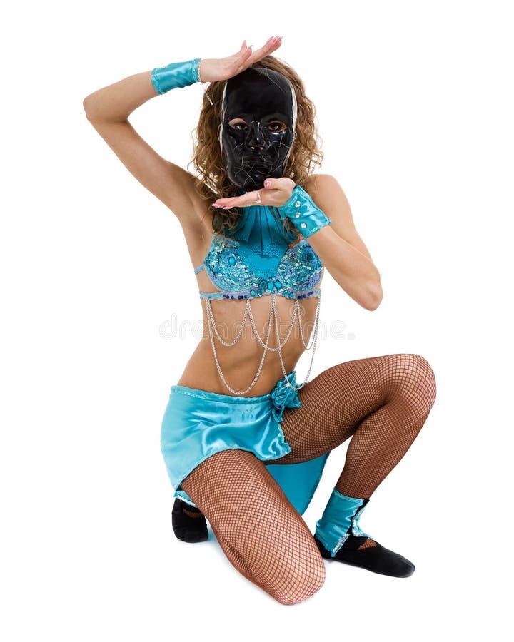 Karnevaldansareflicka som poserar med maskeringen som isoleras på vit royaltyfri fotografi