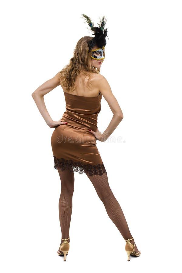 Karnevaldansarekvinna som bär en maskeringsdans som isoleras på den vita oavkortade längden arkivfoto