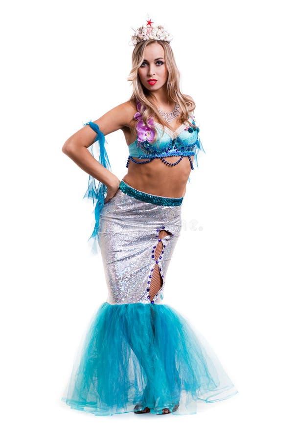 Karnevaldansarekvinna som kläs som posera för sjöjungfru som isoleras på vit royaltyfria bilder