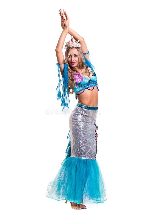 Karnevaldansarekvinna som kläs som posera för sjöjungfru som isoleras på vit fotografering för bildbyråer