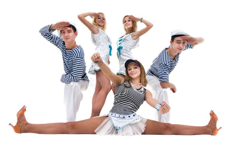 Karnevaldansarelag som kläs som sjömän Isolerat på oavkortad längd för vitbakgrund arkivbild