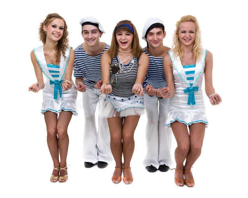 Karnevaldansarelag som kläs som sjömän Isolerat på oavkortad längd för vitbakgrund royaltyfri foto