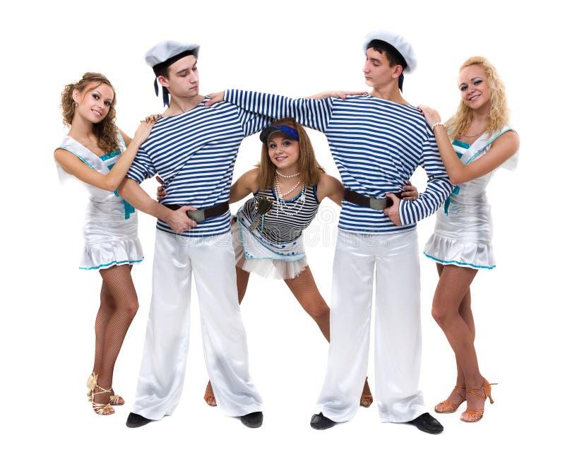 Karnevaldansarelag som kläs som sjömän Isolerat på oavkortad längd för vitbakgrund fotografering för bildbyråer