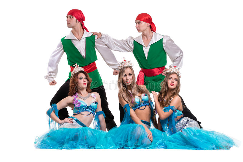 Karnevaldansarelaget som kläs som sjöjungfruar och, piratkopierar Isolerat på oavkortad längd för vitbakgrund royaltyfri fotografi