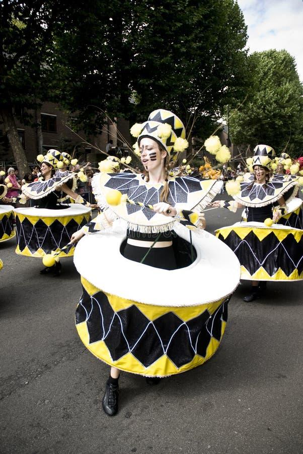 karnevaldräktdansare drum kullen som notting royaltyfria bilder