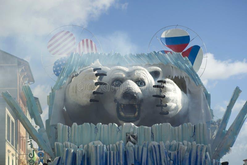 Karnevalet av Viareggio, den vita björnen royaltyfri bild