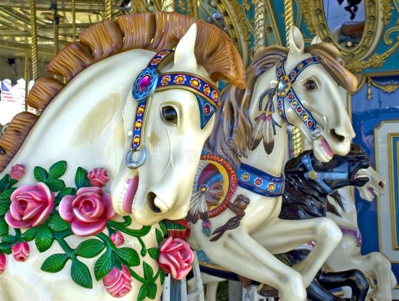 karnevalet går den runda glada halvvägs ritten för hästar royaltyfria foton