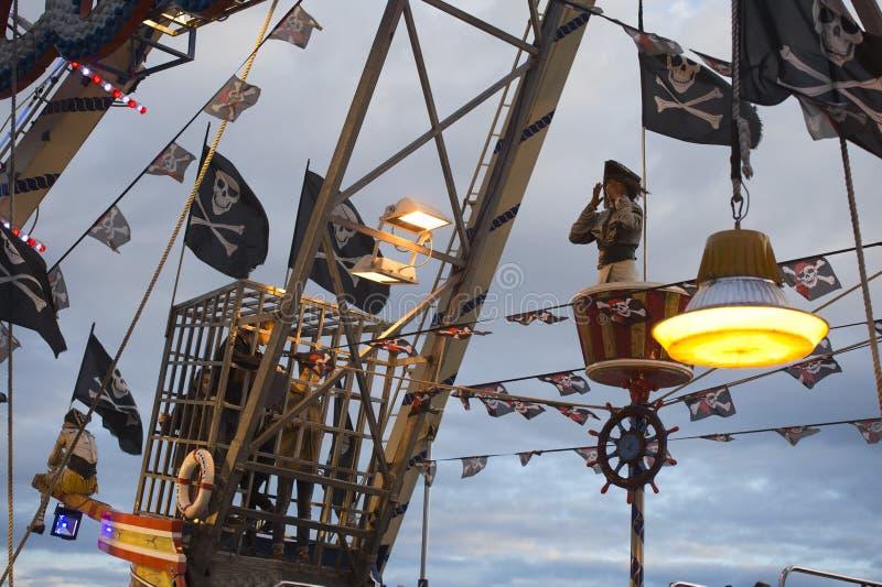 Karnevalet Luna Park för den roliga mässan piratkopierar skeppet arkivfoton