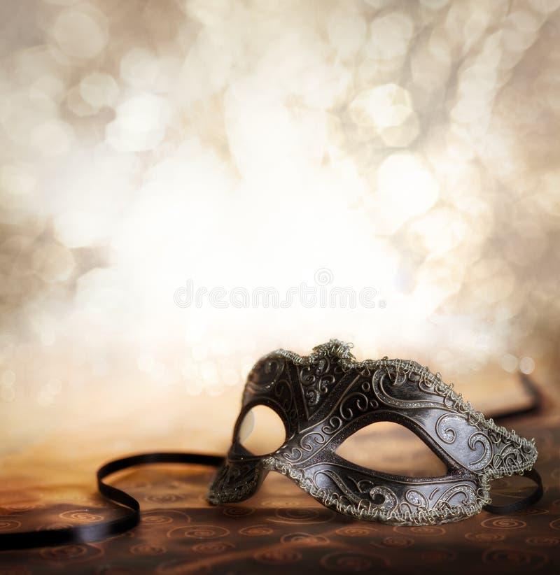 Karnevalet maskerar med skina bakgrund arkivfoto