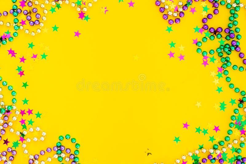 Karnevalkarnevalskonzept - Perlen auf gelbem Hintergrund stock abbildung