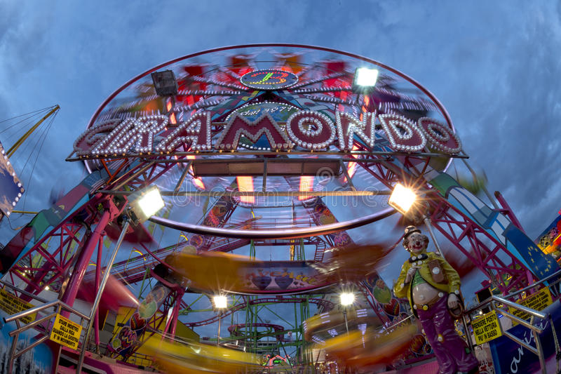KarnevalLuna Park för rolig mässa panorama- hjul royaltyfri foto