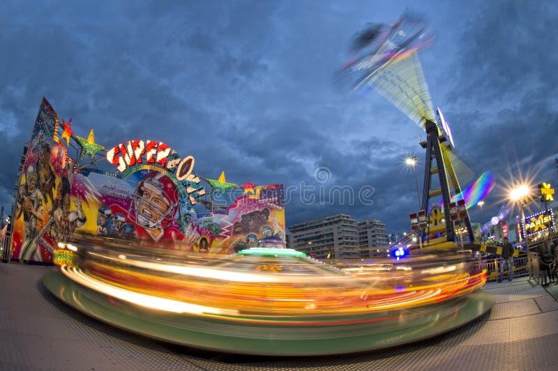KarnevalLuna Park för rolig mässa rörande karusell arkivfoto