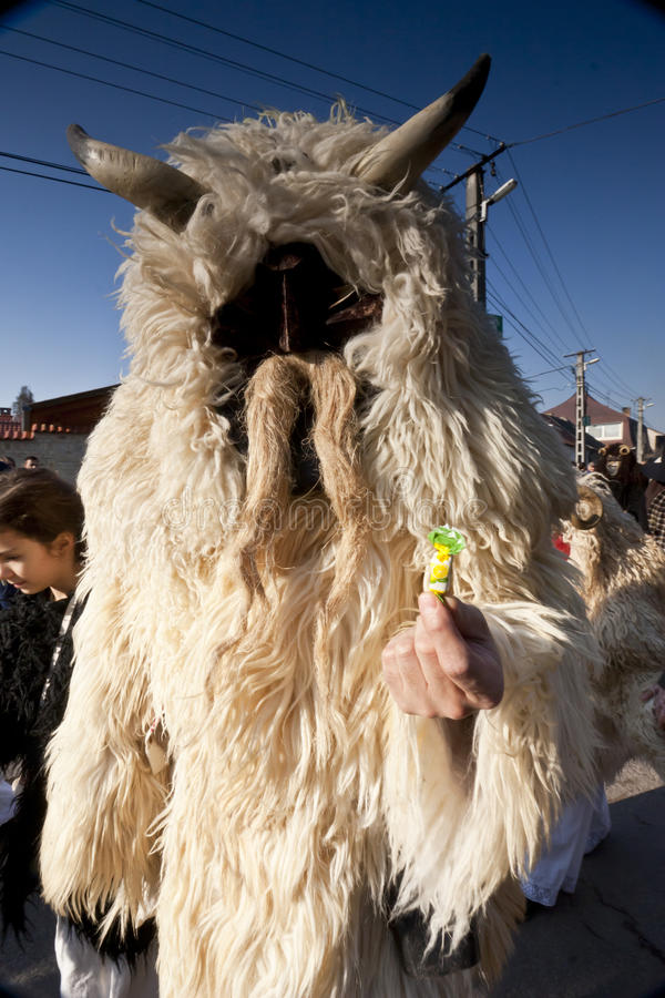 Karnevalmasker i päls på 'Busojarasen', karnevalet av vinters begravning arkivfoto