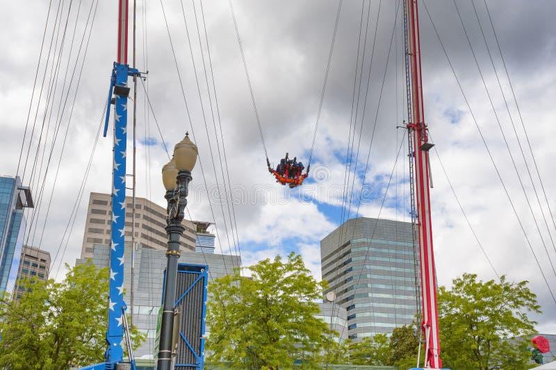 Karnevals-Fahrt entlang Portland, Oregon-Ufergegend stockfotos