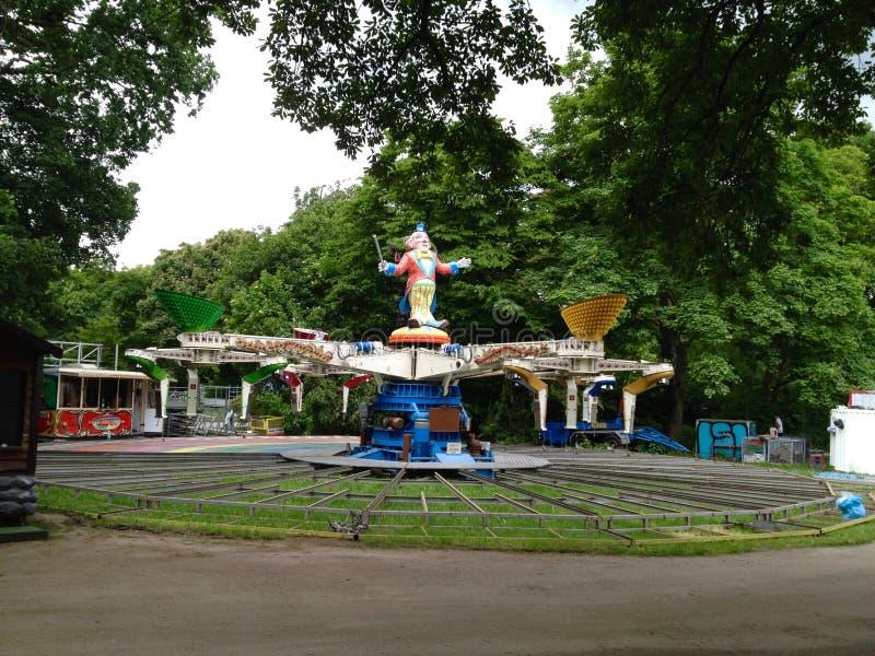 Karnevals-Fahrt (Fahrgeschäft) seiend Einrichtung/Zusammenbauung an der deutschen Spaß-Messe lizenzfreie stockbilder