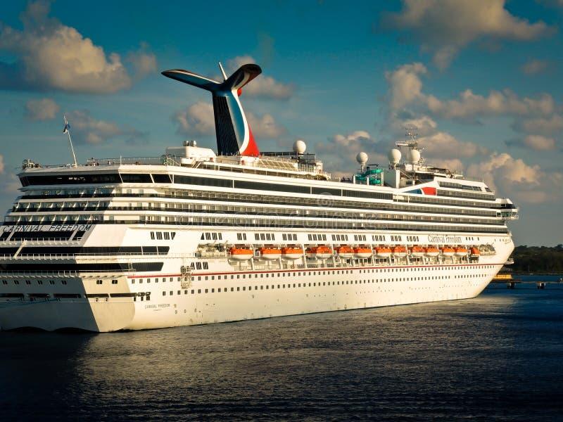 Karnevals-Freiheit verankert im Hafen von Grand Cayman stockfotografie