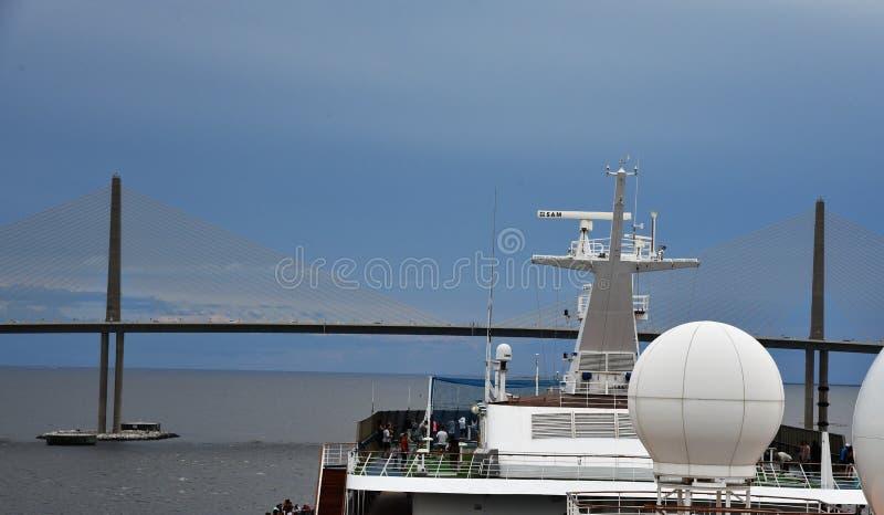 Karnevals-Kreuzschiff geht unter Brücke stockbilder