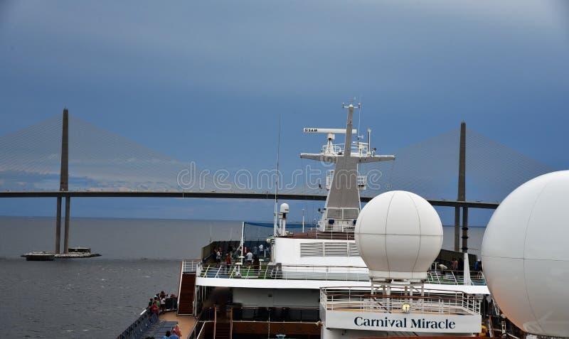 Karnevals-Kreuzschiff geht unter Brücke stockbild