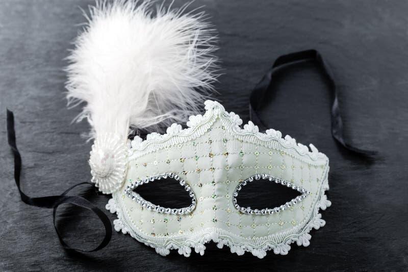 Karnevals-Maske auf schwarzem Hintergrund lizenzfreie stockfotos