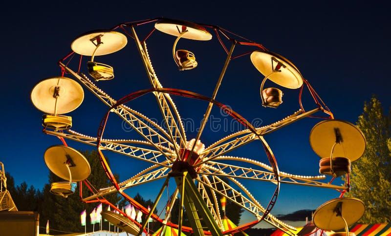 Karnevals-Sonnenuntergang-Regenschirm-Fahrt stockfoto