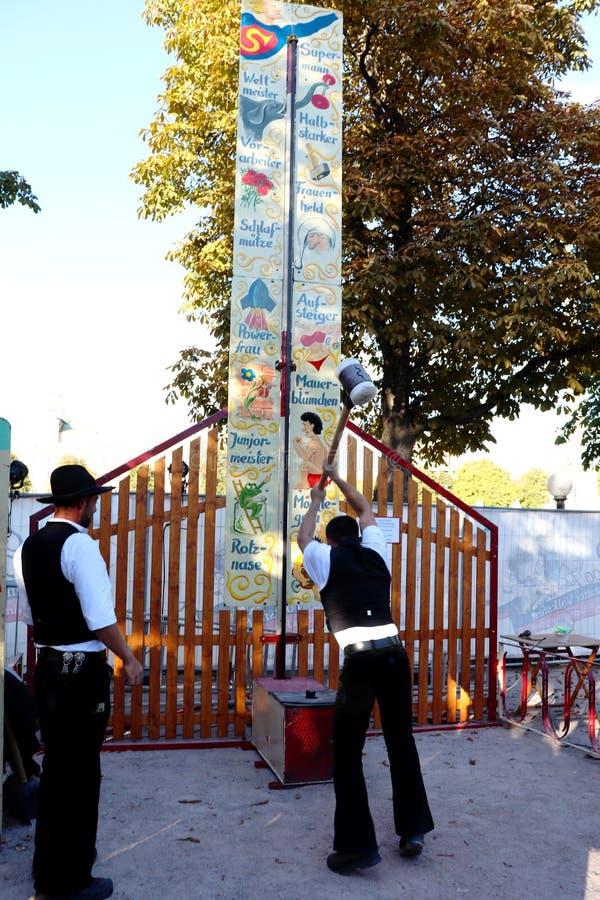 Karnevalsangestellte, die ein Karnevalsspiel in Deutschland spielen stockbilder