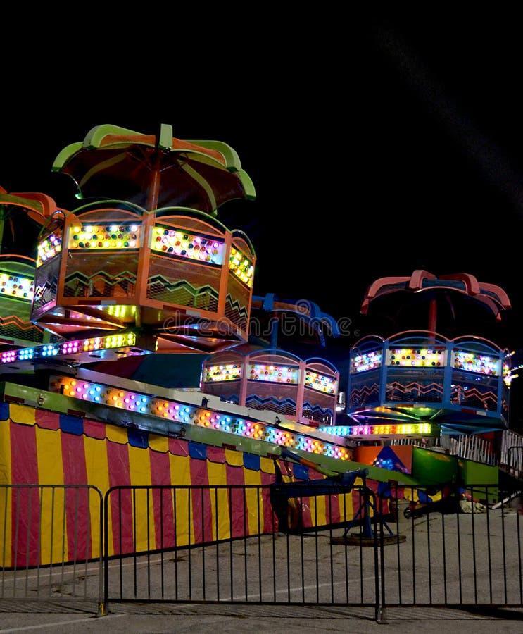 Karnevalsfahrt nachts stockbild