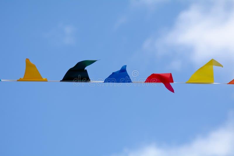 Karnevalsflaggenflaggen, die im Wind flattern stockfotos