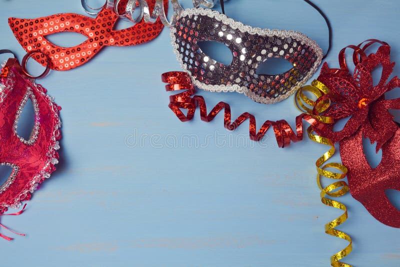 Karnevalshintergrund mit Maske stockbild