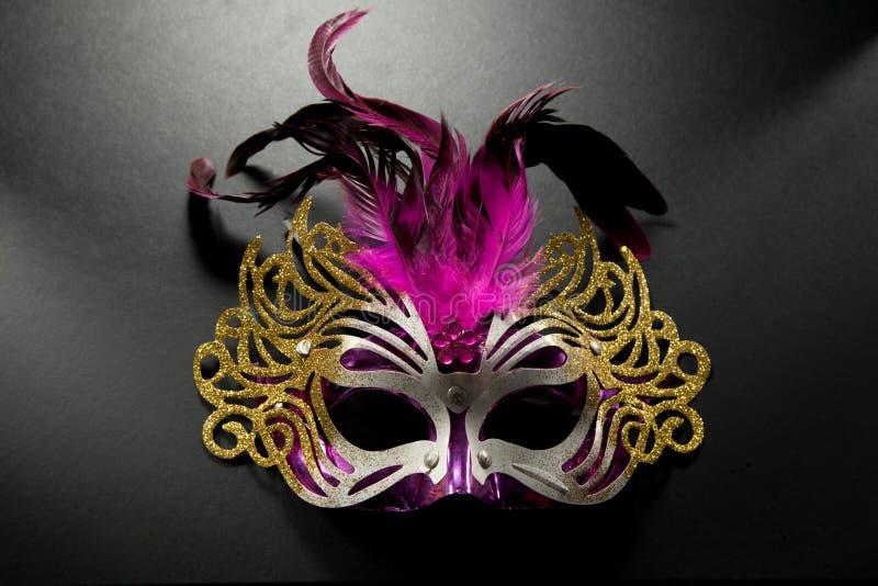 Karnevalsmaske auf dunklem backgroud stockbilder