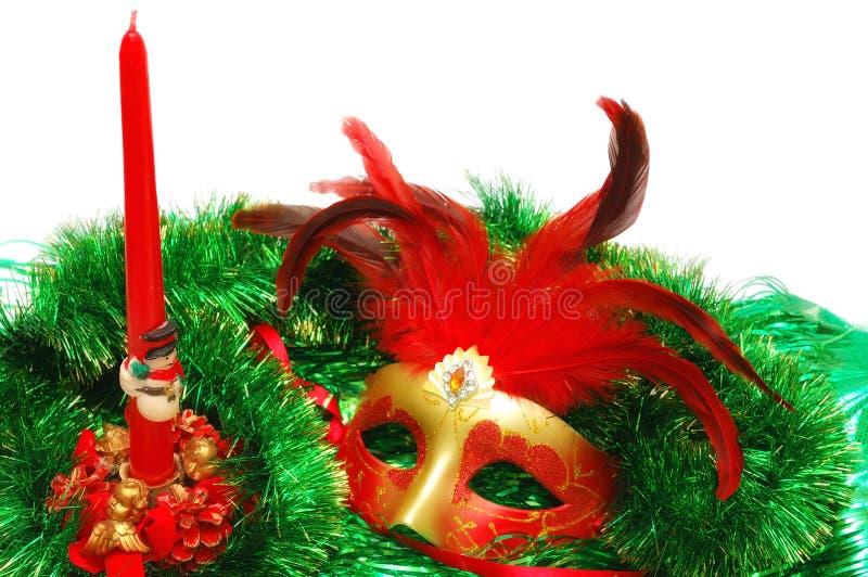 Karnevalsmaske auf einem grünen neuen Year& x27; s-Verzierung stockfoto