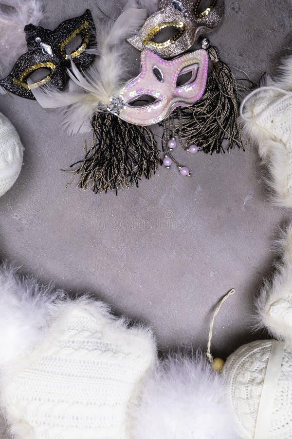 Karnevalsmaske und Weihnachtsdekorationen, Stillleben des neuen Jahres stockfotos