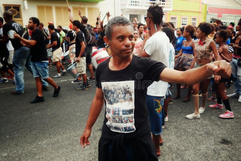 Karnevalsmenge, die auf die Straßen der Stadt geht lizenzfreies stockbild