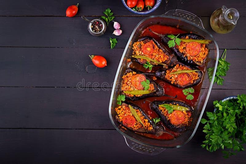 Karniyarik - de Turkse traditionele maaltijd van de aubergineaubergine Gevulde aubergines met rundergehakt royalty-vrije stock fotografie