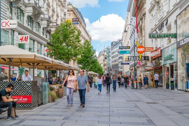 Karntnerstrasse het winkelen straat in Wenen van de binnenstad, Oostenrijk royalty-vrije stock foto