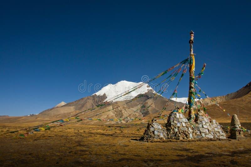 Karola Glacier con las banderas y el monumento, paso de Ganchula, Ti del rezo imagen de archivo