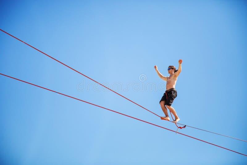 KAROLINO-BUGAZ UKRAINA, SIERPIEŃ, - 24 Highline piechur uczestniczy w rywalizaci przy ekstremum bawi się festiwal obraz royalty free