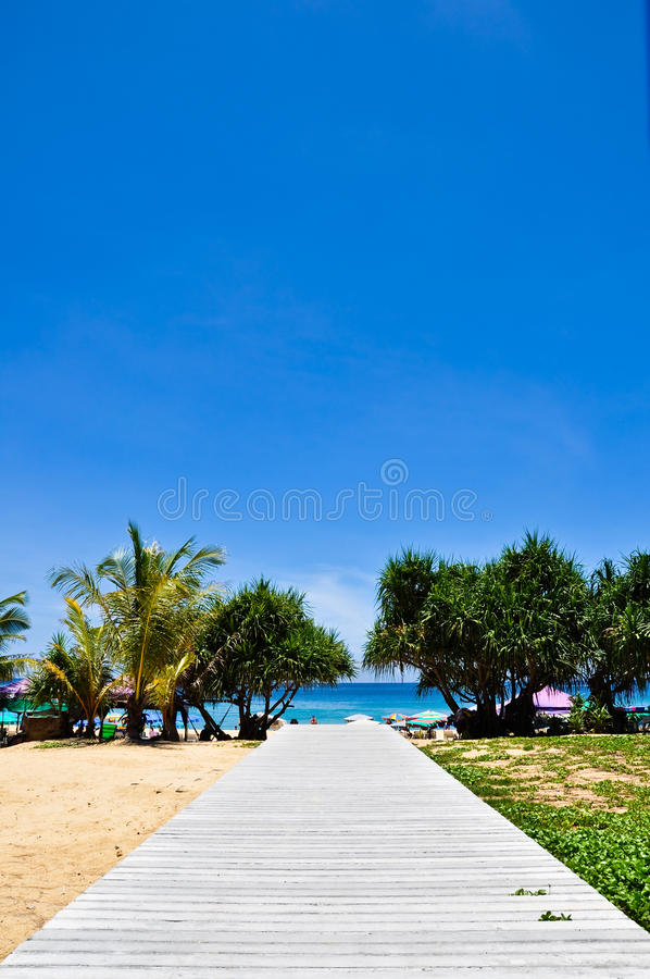 Karon Strand Phuket Thailand im April 2010 lizenzfreie stockbilder