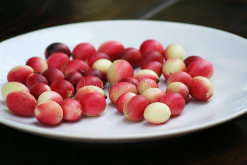 Karonda rouge du plat blanc photographie stock