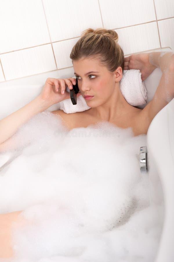 Karosseriensorgfaltserie - junge Dame in der Badewanne lizenzfreie stockbilder