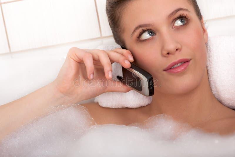 Karosseriensorgfaltserie - junge Frau in der Badewanne lizenzfreie stockbilder