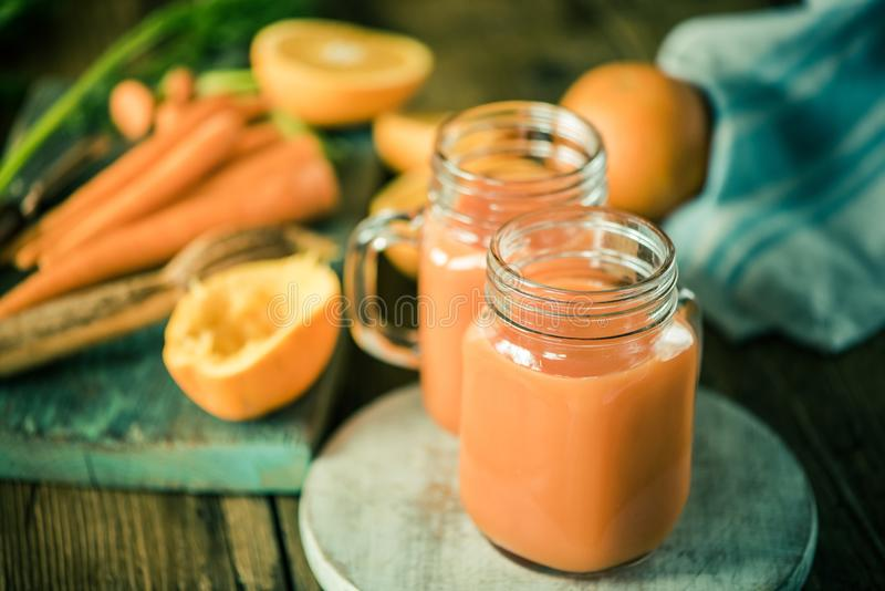 Karotte und orange Detoxsaft lizenzfreie stockbilder
