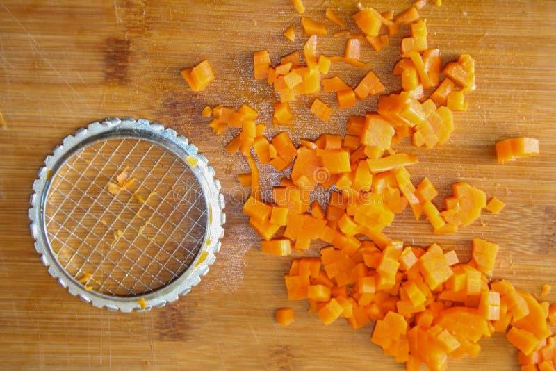 Karotten fein gehackt Nahrungsmittel zubereiten, Gemüse schneiden, gesunde Lebensmittel Schneiden von Karotten in der Küche lizenzfreie stockfotografie