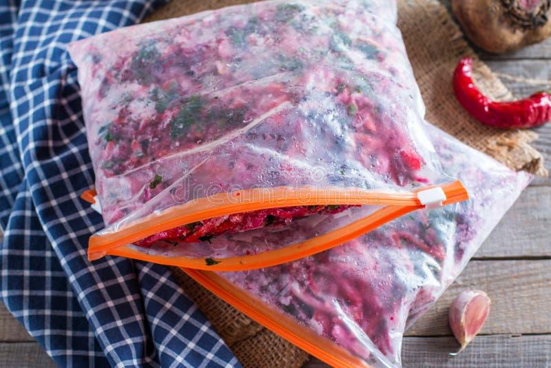Karotten, rote Rüben und Zwiebeln werden für das Braten für Borschtsch geschnitten beschaffung einfrieren Suppenkochen stockfoto