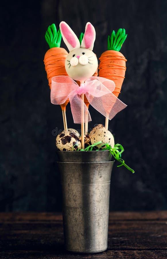 Karotten und Häschenkuchenknalle stockbilder