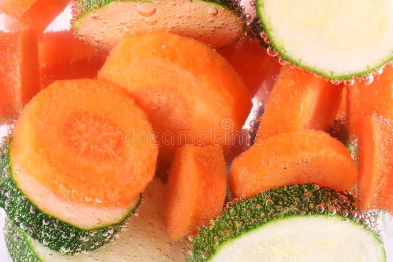 Karotten und Zucchini beim Wasserkochen lizenzfreies stockbild