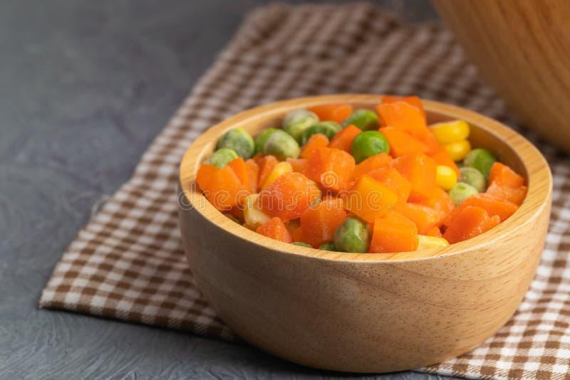 Karottenkörner und -erbsen lizenzfreie stockfotos