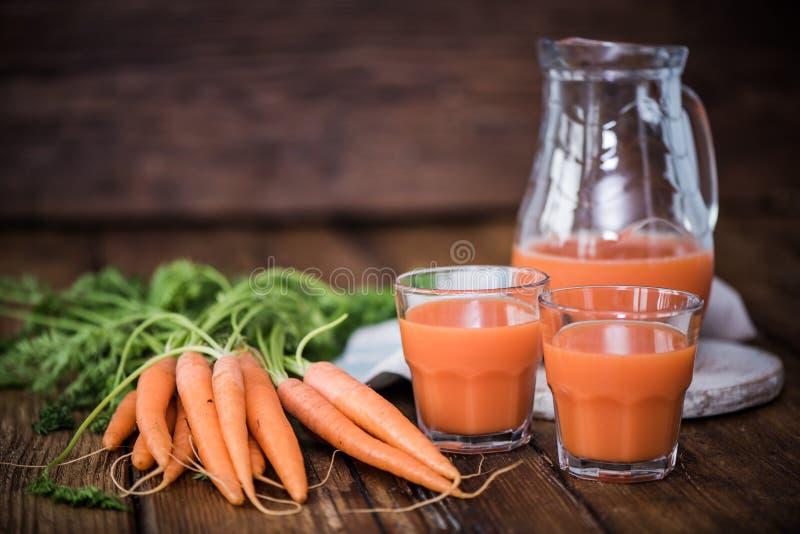 Karottensaft im pincher stockbild