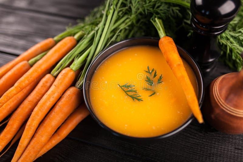 Karottensahnesuppe lizenzfreies stockbild