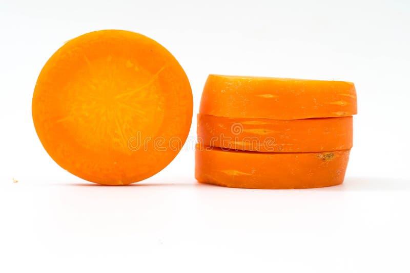 Karottenscheibe lokalisiert auf Weiß lizenzfreie stockbilder